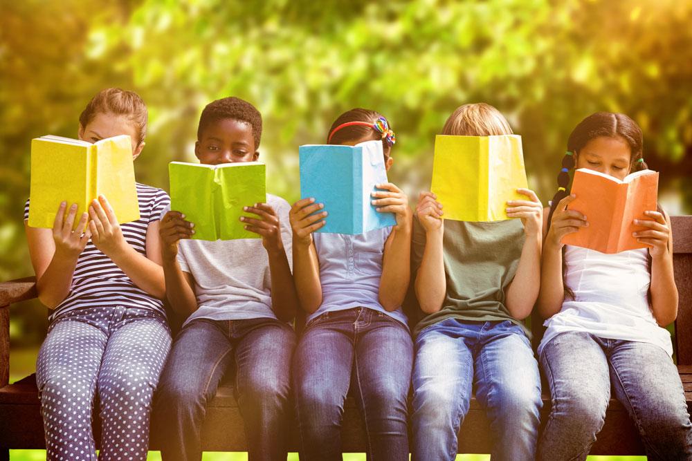 Imagen de diversos niños leyendo libros.